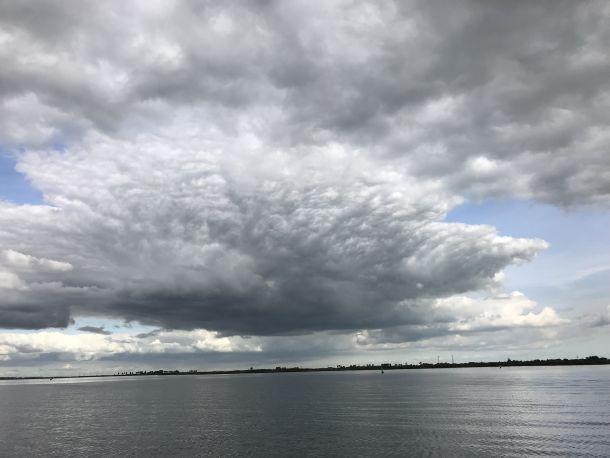 Bijzonder fraaie wolkenlucht op dinsdag 25 september boven het Alkmaardermeer (bron: Els van der Horst).