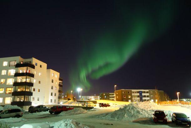 Aurora Borealis boven de besneeuwde stad Reykjavik, 1 maart (bron: @Meteovilles).
