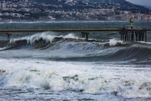 Hoge golven ter hoogte van Badalona (bron: Rubèn Seriol).