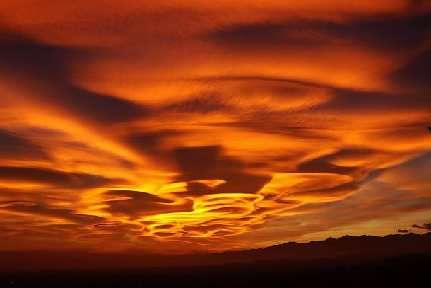 Adembenemend mooie lenticulariswolken maandagavond 30 oktober boven Varese, Italië (bron: Katia Allegra).