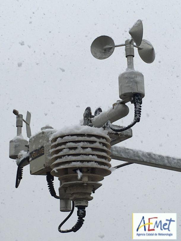 Heel bijzonder: de meetinstrumenten van de weerdienst van Murcia, Spanje bedekt door sneeuw, 18 januari (bron: AEMET).