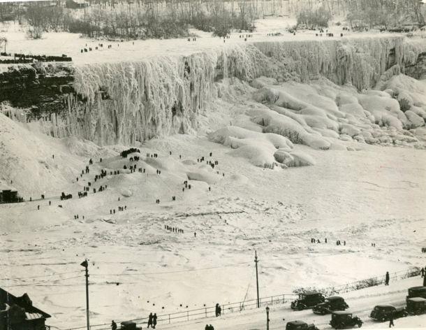 Indrukwekkende foto: mensen wandelen over de 'ice bridge' van de Niagara Falls op 6 februari 1936 (bron: The Buffalo News).