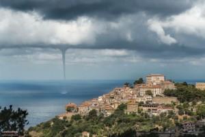Fraaie waterhoos ter hoogte van het Italiaanse Castellabote Campania, 2 juli (bron: Luca Scudiero).