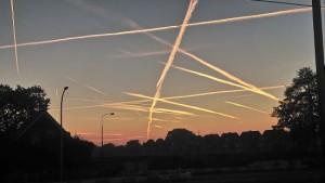 Fraai ogende contrails tijdens zonsopkomst, 5 oktober te Pijnacker (bron: Eugene van der Lans).
