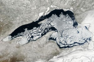 Lake Superior in de VS is nog steeds grotendeels met ijs bedekt (bron: NASA)