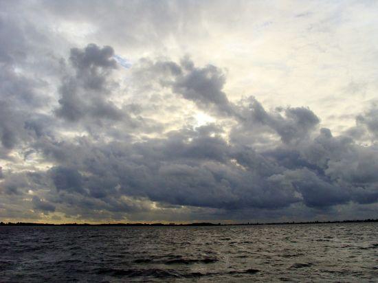 Wolkenpartijen bij Roelofarendsveen