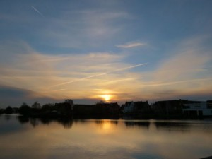 Zon zakt weg in sluierwolken gisteravond (bron: Ton Wesselius, Roelofarendsveen).