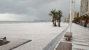 Een deken van hagel op de playas van Benidorm gisteren (bron: AEMET).
