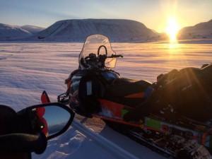 De zon komt op Spitsbergen voor het eerst weer boven de horizon uit, 25 februari (bron: Brendam O'Neill).